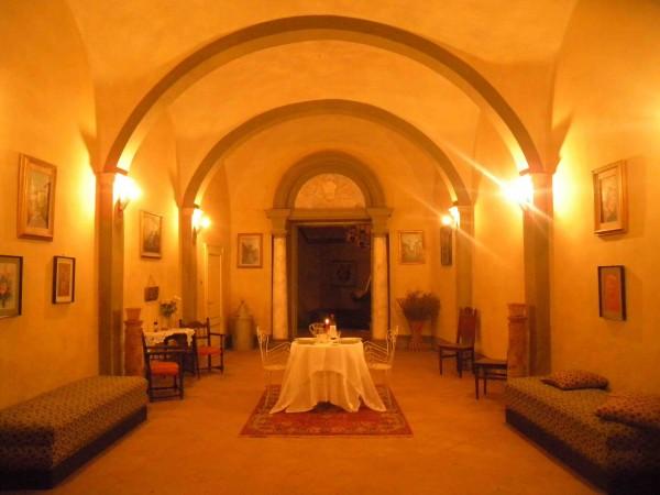 Salone del piano terra con la magia delle luci della sera